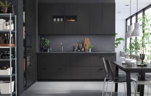 Ikea satsar på det släta och mörka träet i sin nya serie.