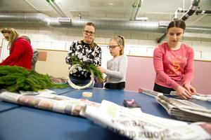 Hela Tova Mobergs familj har satt en prägel på Hudiksvalls simsällskap tycker medlemmarna som samlats på arbetskväll i Iggesunds badhus. Här arbetar Lena Westerlund Andersson, Alice Andersson och Anna Papp.