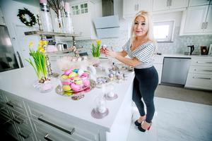 Maten till påskbordet kommer Jemma att ha på denna köks-ö. Där har hon dukat upp med ägg än så länge. I glasskålen finns träägg.