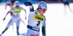 Stina Nilsson vann lördagens sprint, före Maja Dahlqvist som skymtar i bakgrunden.