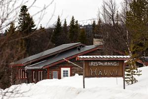 Nästan vid vägens ände finner du restaurang Hävvi. Vid foten av Vinhtseåelkie (Hundshögen) i södra delen av Oviksfjällen ligger en av Sveriges mest spännande restauranger, Hävvi – Självklart, översatt från sydsamiska.