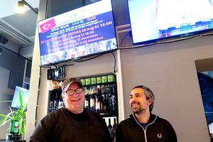 Janne Wermelin till vänster håller i AW-musikquizet på fredagar på Järnvägskrogen. Han håller även i ett musikquiz på Lion Bar torsdagar för övrigt.