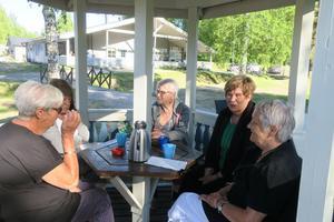 PRO damerna njuter av kaffet efter den lyckade grillmiddagen. Foto: Kenth Wiklund