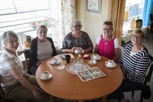 Annika Hansson, Birgitta Valtersson, Margareta Bergman Klar, Ingrid Thalén och Lena Martinsson träffades för en avslutningsfika på Café centrum.