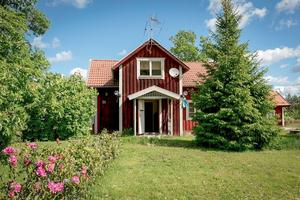 Trädgården är 1400 kvadratmeter.  Foto: Fastighetsbyrån Köping