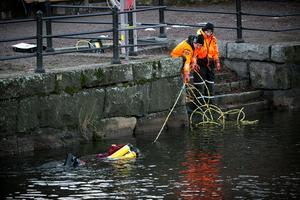 Polisens dykare letade efter bevis i Faluån efter skjutningen den 23 november.