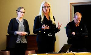 Ledningen för länets tandvård medverkade på ett öppet möte i Fränsta i september. I bakgrunden står Jenny Edlind (t.v.) och lyssnar när tandvårdsdirektör Annri Thimstrand