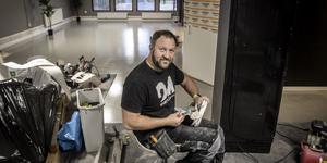 Tony Svensson startade Gym24 för åtta år sedan. Nu inreder han ny filial i Lillsjön där det förr funnits både Konsum och Pizzeria.