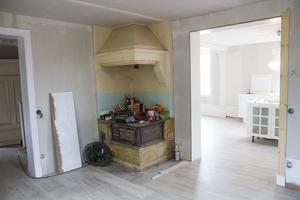 Det var bara spiskåpan som syntes, vedspisen hade blivit inbyggd i en vägg. Men nu är den framtagen igen och godkänd att användas när renoveringen är klar.