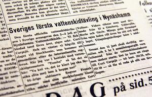 """Sveriges första officiella vattenskidtävling hölls i Nynäshamn. Åkarna kom från Göteborg, Uddevalla och Gävle, och så ville självaste Sven """"Tumba"""" försöka slita sig loss och vara med."""