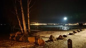 Foto: Berit Posthuma. Vid mälarstrands småbåtshamn en kall vinterkväll..
