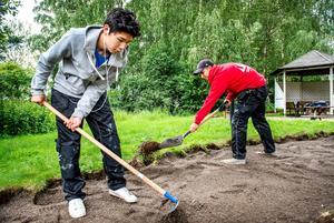 Arbetar. Allt färre ungdomar tar sig in på arbetsmarknaden, något som får stora konsekvenser.