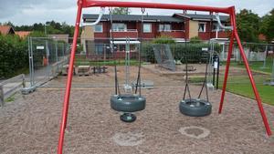 Foto: Robert Österlind, Sala kommun.  Rustningen av Emmylunds lekplats påbörjades den 12 juni.