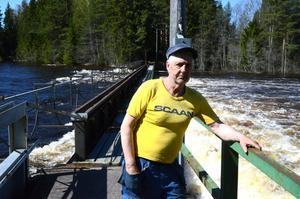Holger Sjöberg , Skifsforsen, har öppnat alla dammluckor för att få undan så mycket vatten som möjligt för att undvika att älven spolar över fördämningen.