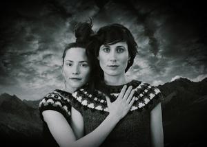Skapandet av musiken och låtarna sker rätt intuitivt utifrån enkla idéer som Maja Långbacka och Matilda Bådagård sedan bygger vidare på i studion.