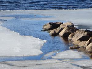 Vacker bild på islossning i kyrksjön