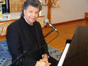 Chris O'Berg brinner för vacker musik och väntar otåligt på att få spela upp den för sin trogna publik.