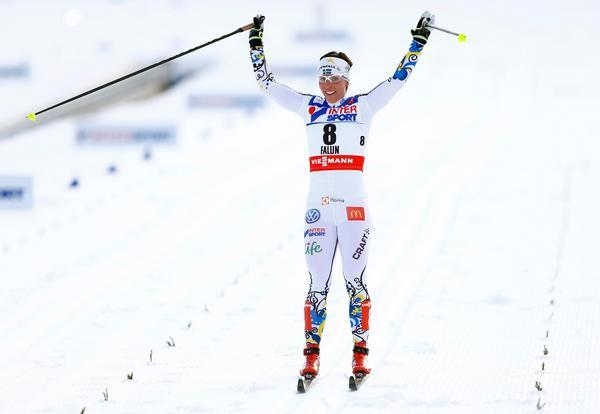 Charlotte Kalla avslutade VM i Falun med armarna i luften efter tremilen.  Bild: AP Photo/Matthias Schrader