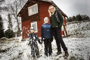 Kristina Magnusson renoverar tillsammans med maken Anders Elgenäs och barnen Maja och Axel Drängstugan i Borgvattnet. Huset ska bli fritidshus och boende åt den tionde generationen Magnusson på gården.