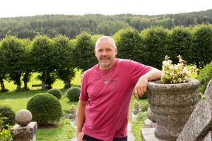Olle Larsson visar stolt upp vad han och Sisyfosgruppen åstadkommit på Wenngarn.