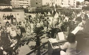 70 elever och många föräldrar och före detta anställda vid Klockartorpsskolan var med på skolans sista avslutning 1982. Elsa Sommarström vid orgeln, klassföreståndare Marianne Nilsson i Malungsdräkt och prästen Olle Sjöholm ledde sången. Foto: Göran Widerberg/VLT:s arkiv
