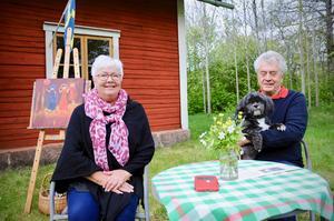 Vid Byhuset, nära Kvarnarps gård, håller Anna Zandén till med maken Peo och hunden Nisse. Här målar och visar hon upp sina konstverk.