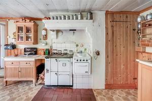 Köket har bland annat en vedspis. Foto: Anders Storm