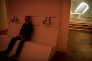 Jens Hedman i soffan där små nära ljud blandas med stora avlägsna.