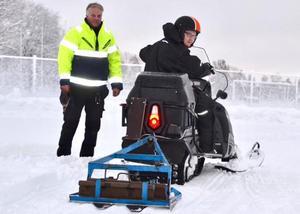 Foto: Jörgen NotesNu är sidspåret preparerat.  Arbetsledare Lollo Torstensson och förare Johan Domert välkomnar åkare till Sportfältet.