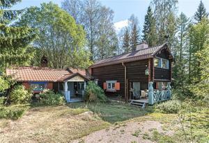 Gårdsfastighet med högt naturläge. Gården består av bostadshus, gästhus, gästhärbre i två plan, garage, stall (4 boxar) samt två mindre uthusbyggnader. Foto: Mats Gelotte, Husfoto.
