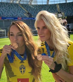 Kosovare Asllani och Sofia Jakobsson med sina bronsmedaljer. Foto: Annika Grälls