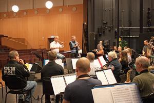 Västerås Stadsmusikkår består av 40 musiker. Varje år ger de två stora konserter i Västerås, nu uppträder de tillsammans med den berömde sopransaxofonisten Anders Paulsson.