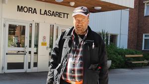 Bengt Wigg efter en av sina bloddialysbehandlingar på Mora lasarett. – Det tar ett par timmar innan man kommer igång efteråt, säger han.
