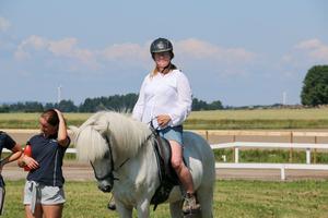 Therese Tengelsen sjöng nationalsången sittandes på hästen Efni.