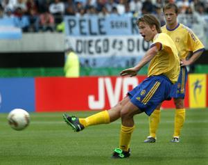 Anders Svensson skruvar i väg frisparken som gav Sverige ledningen mot Argentina. Foto: Foto: Jack Mikrut