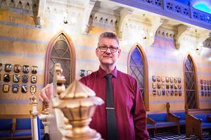 Edvard Nordlander är frimurare av tionde graden och ordförandemästare i en av Gävles två frimurarloger. Här visar han stolt upp Johannessalen där nya frimurare som tas in i orden får genomgå 200-åriga ritualer. Målet är att bli en bättre människa.