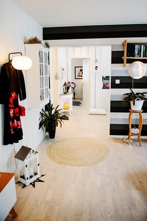 Gunillas klänning är en färgklick och ett vackert blickfång i vardagsrummet.