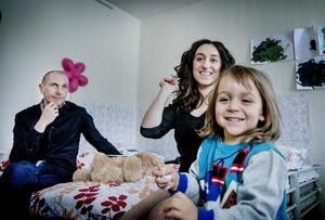 Konstnärsparet Lusine Djanyan och Aleksej Knedljalkovskij  med sonen Tigran.