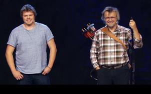 Sonen Björn Holmgren var med som assistent under uppträdandet. Foto: TV4