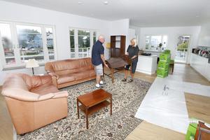 Den öppna planlösning mellan vardagsrum och kök, är paret Norberg Stenberg extra nöjda med. – Det är härligt med så många fönster och högt i tak, säger Elisabeth Stenberg.