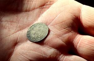 Ett mynt från 1500-talet och Johan III:s regeringstid.