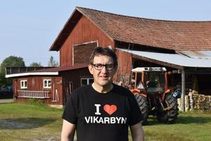 John Nilses hemma vid gården i Vikarbyn.