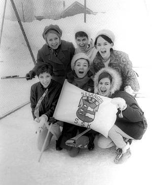Fruar och flickvänner bildade en egen liten hejaklack. På bilden ses i övre raden (med dåvarande efternamn): Yvonne Sahlin, Britt-Inger Nyberg och Britt Persson. Nedre raden: Ann-Christine Gustavsson, Lena Jonsson och Agneta Larsson.