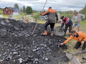 Att riva en kolmila är ett riktigt svart jobb. Tur det finns dusch nuförtiden.  Foto: Håkan Englund.