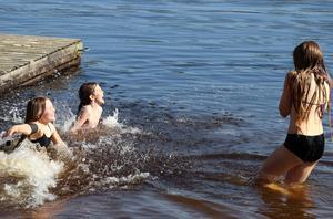 Elsa, Astrid och Lovisa Pettersson tog sig ett dopp i sommarvarma Backetjärn.