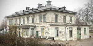Köpings stationshus kritiseras av flera insändare, som bland annat tycker att kommunen borde ingripa. Nu förklarar Samhällsbyggnadsnämndens ordförande att  förvaltningen har reagerat med ett vitesföreläggande mot ägarna.
