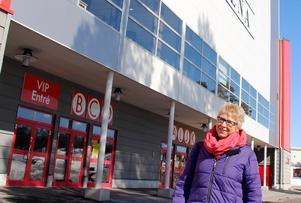 Ewa Lindstrand utanför ingången där flera SHL-lag kommer att spela under kommande säsong.