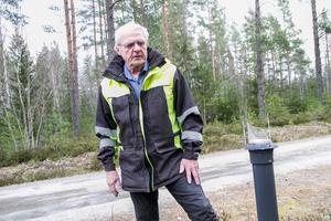 Torbjörn Sandahl betraktar en av flera förstörda lyktstolpar på Ångersjöns campingplats.