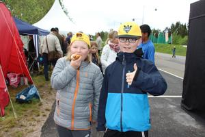 Vad smakar bättre en grillad korv under en lång GD/GIF-dag? Inez Karlsson och Jesper Wendin i Rotskärsskolan klass 4 tog en paus mellan tävlingarna.