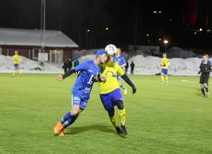Lillhärdals Mattias Larsson  nådde inte fram i den här situationen men han gjorde lagets tre mål i matchen mot Offerdal